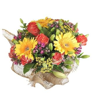 Kompozycja florystyczna, bukiet kwiatowy to żółta gerbera, pomarańczowe róże, pąki lilii, odizolowane na białym tle.