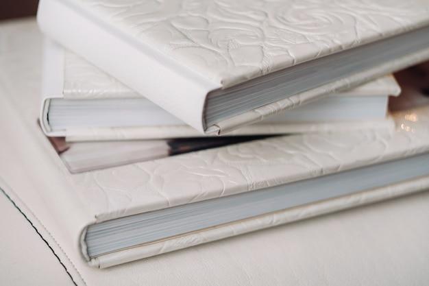 Kompozycja fotoksiążek w naturalnej brązowej skórze. fragment oprawy fotoksiążki.