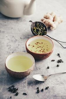 Kompozycja herbaty ze starymi chińskimi filiżankami zielonej herbaty i białym czajnikiem