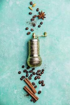 Kompozycja kawy z ręcznym młynkiem do kawy