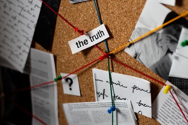 Kompozycja koncepcji prawdy na biurku detektywa