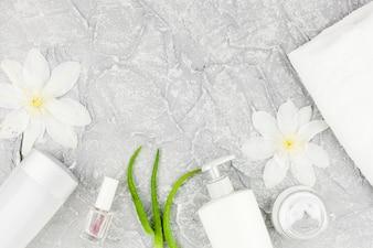 Kompozycja kosmetyków w białych kolorach