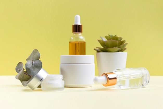 Kompozycja kosmetyków z butelkami z surowicą