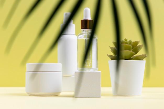Kompozycja kosmetyków z rośliną doniczkową