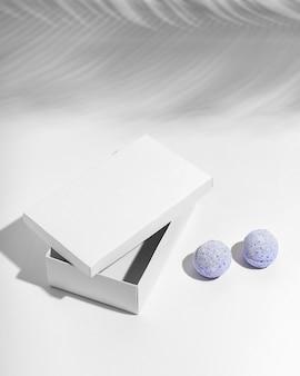 Kompozycja kreatywnych niebieskich bomb do kąpieli
