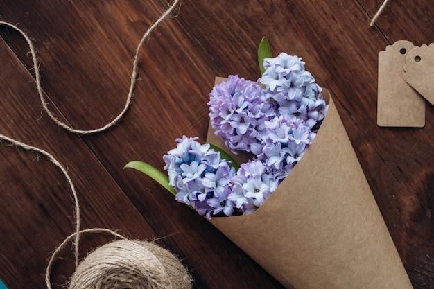 Kompozycja kwiatów bukiet hiacynty na drewnianym stole. walentynki