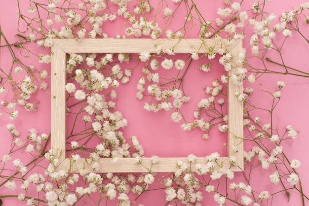 Kompozycja kwiatów romantyczna. białe kwiaty łyszczec, ramka na zdjęcia