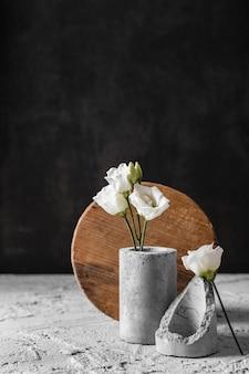 Kompozycja kwiatów w szarym wazonie