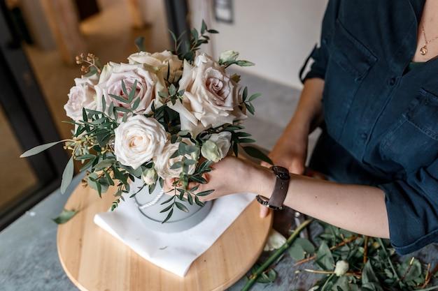 Kompozycja kwiatowa beżowych róż z zielenią. wesele wystrój i koncepcja wakacje.