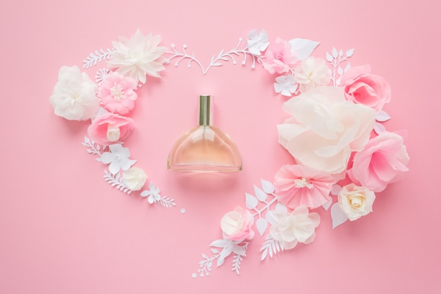 Kompozycja kwiatowa. kwiaty, perfumy, perfumy