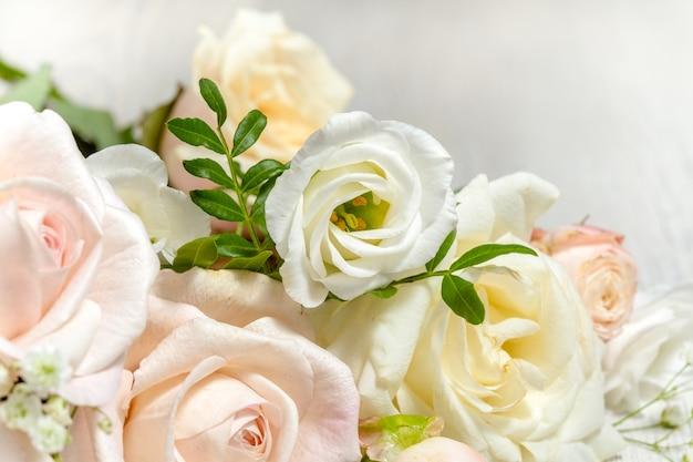 Kompozycja kwiatowa lekkich róż i eustoma z bliska.
