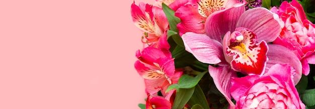 Kompozycja kwiatowa, orchidea phalaenopsis wśród kwiatów na różowym tle, baner, kartka świąteczna, pusta kartka z życzeniami