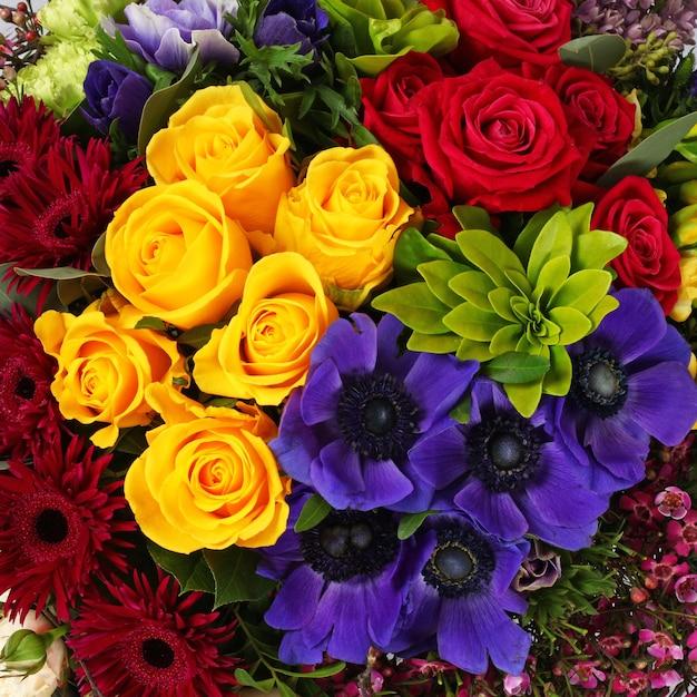 Kompozycja kwiatowa tło z róż, frezji i ukwiałów