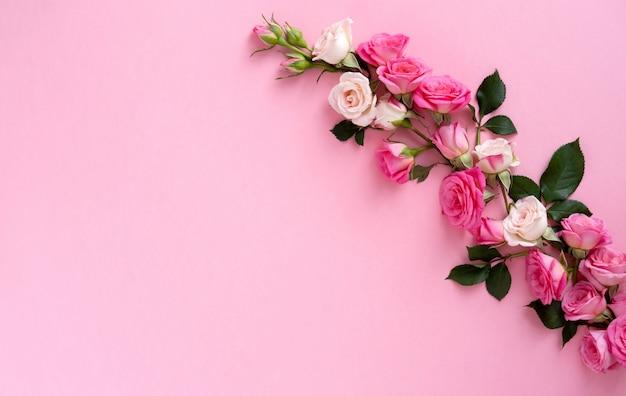 Kompozycja kwiatowa z wieńcem różowych róż na różowym tle. walentynki tło. leżał płasko, widok z góry.