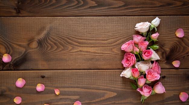 Kompozycja kwiatowa z wieniec różowych róż na drewniane tła. walentynki tło.