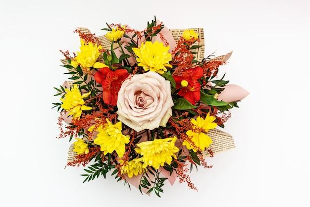 Kompozycja kwiatowa żółta chryzantema i różowa róża w bukiecie kwiatów na białej powierzchni