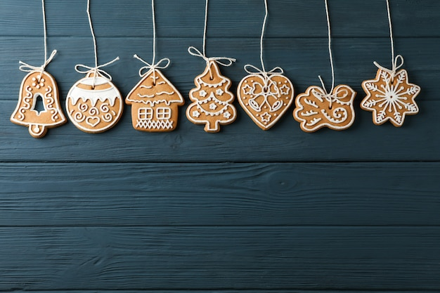 Kompozycja leżąca na płasko z pysznymi domowymi świątecznymi ciasteczkami na niebieskim drewnianym, miejsce na tekst. widok z góry