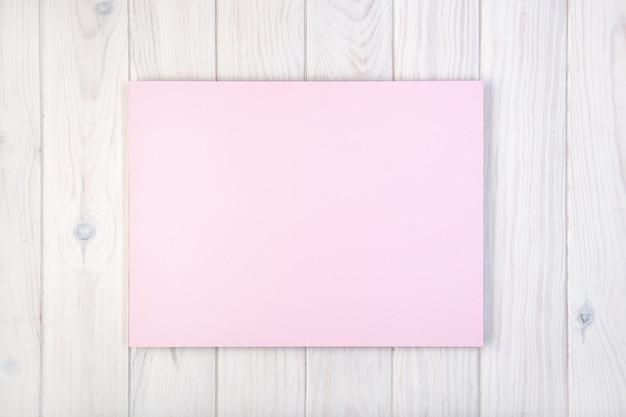 Kompozycja leżała płasko z różową deską na białym drewnianym stole