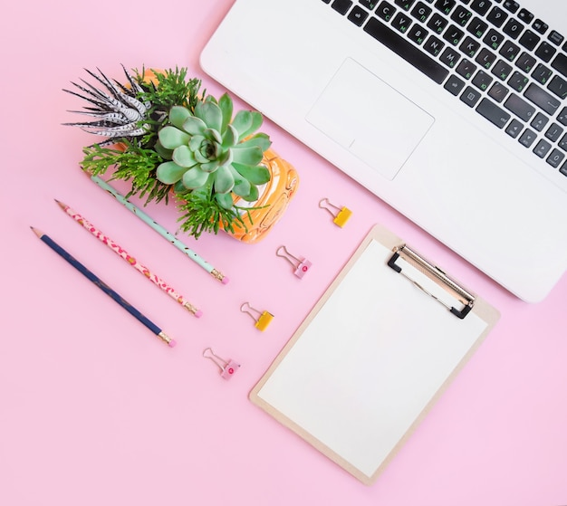 Kompozycja materiałów biurowych flatlay na różowo