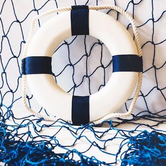Kompozycja morska z kołem ratunkowym