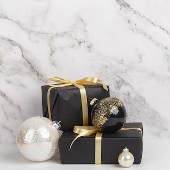 Kompozycja na boże narodzenie sylwestrowe. pudełka prezentów i ozdób choinkowych na tle białego marmuru