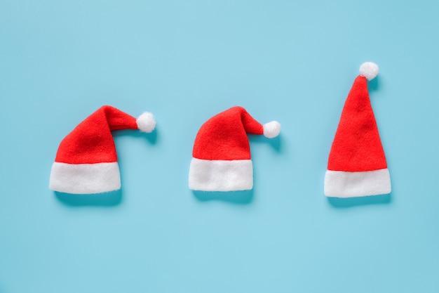 Kompozycja na ferie zimowe. trzy czerwone czapki świętego mikołaja