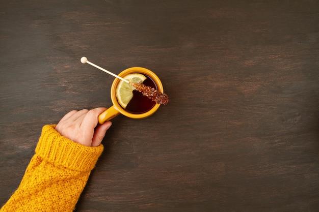 Kompozycja na płasko leżąca jesień z herbatą i ciepłym wełnianym swetrem
