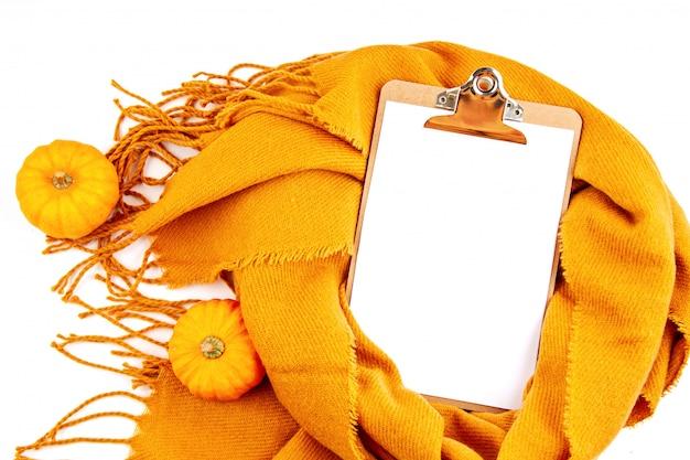 Kompozycja na płasko leżąca jesień z notatnikiem i ciepłym wełnianym szalikiem