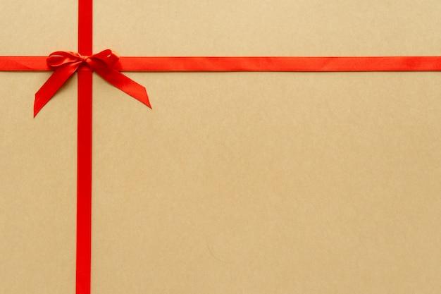 Kompozycja na prezent świąteczny z czerwoną wstążką i kokardą. leżał płasko, widok z góry