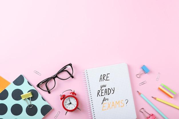 Kompozycja na temat, czy jesteś gotowy na egzaminy, widok z góry