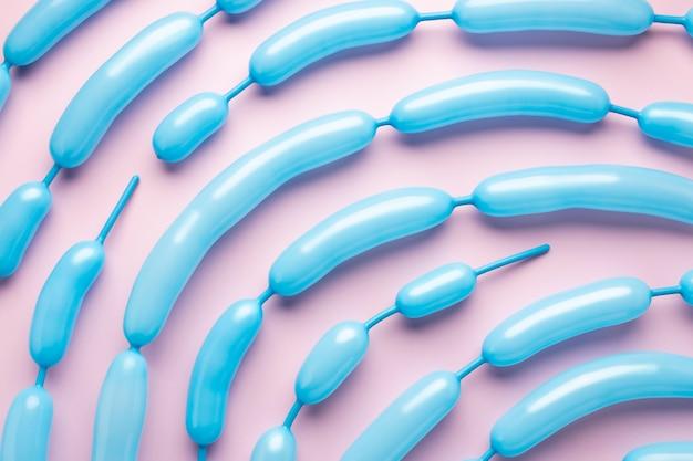 Kompozycja niebieskich balonów z góry