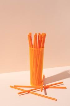 Kompozycja nieprzyjaznych dla środowiska plastikowych przedmiotów