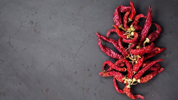 Kompozycja papryki chili, ciemne tło