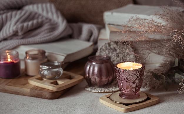Kompozycja piękne zabytkowe świeczniki z płonącymi świecami na niewyraźne tło.