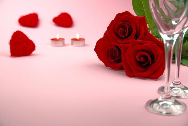 Kompozycja pięknego bukietu róż, kieliszków i butelki szampana tworzy romantyczną kartkę lub plakat. koncepcja walentynek, dzień matki, 8 marca.