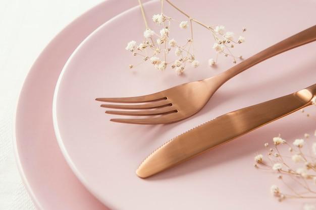 Kompozycja pięknej zastawy stołowej na stole
