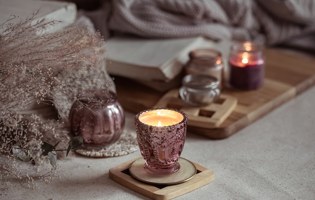 Kompozycja pięknych zabytkowych świeczników z płonącymi świecami.