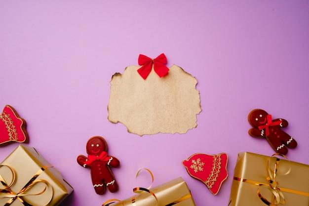 Kompozycja płaska z listą świętego mikołaja i odizolowanymi pudełkami na prezenty