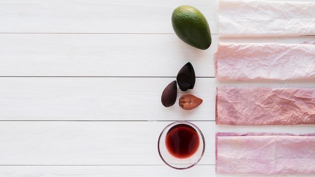 Kompozycja płaskich naturalnych pigmentów wykonana z surowych elementów