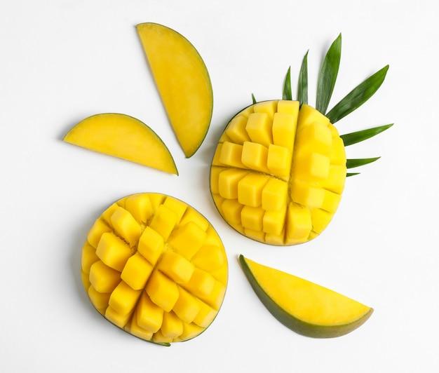 Kompozycja płasko świeckich z dojrzałych mango na białym stole
