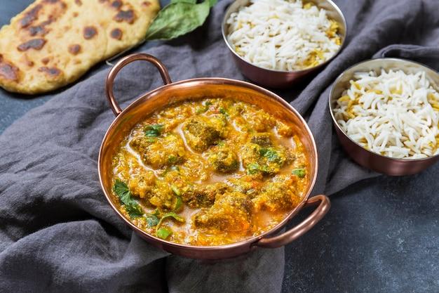 Kompozycja pod dużym kątem z pysznym pakistańskim posiłkiem