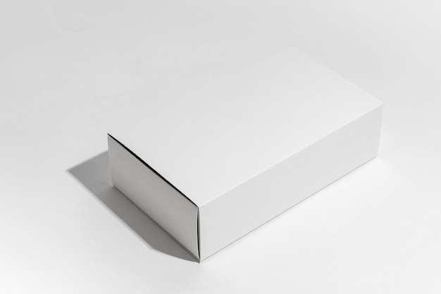 Kompozycja pod wysokim kątem z białym pudełkiem