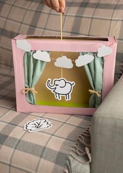 Kompozycja pokazu lalek w stylu papieru