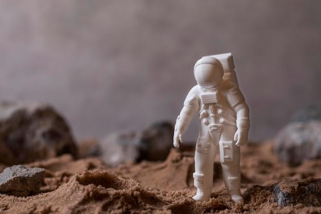 Kompozycja przestrzeni martwej natury z astronautą