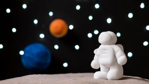 Kompozycja przestrzeni martwej natury z białym astronautą