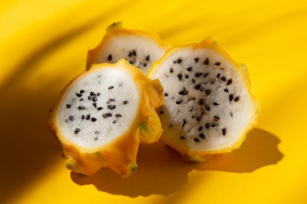 Kompozycja pysznego egzotycznego żółtego owocu smoka
