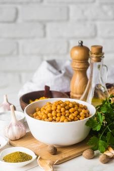 Kompozycja pysznego jedzenia i składników z przodu
