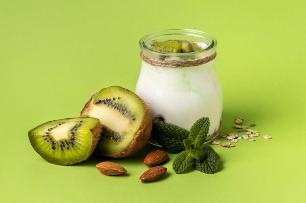 Kompozycja pysznego posiłku śniadaniowego z jogurtem
