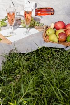 Kompozycja pysznych piknikowych gadżetów na kocu