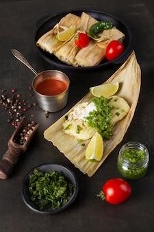 Kompozycja pysznych tamales na talerzu